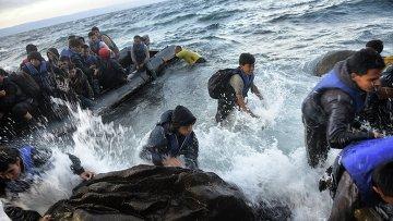 Беженцы прибывают на греческий остров Лесбос. Архивное фото