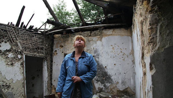 Ольга Павловна, жительница Донецка, на месте одной из комнат дома, разрушенной снарядом