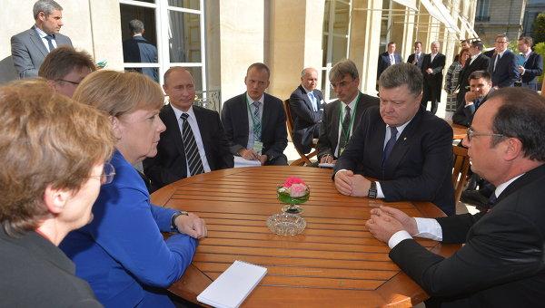 Президент России Владимир Путин, президент Украины Петр Порошенко, президент Франции Франсуа Олланд и канцлер Германии Ангела Меркель во время неформальной встречи в Париже. Архивное фото