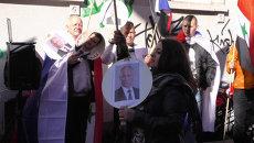 Люди с портретами Путина и Асада слушали Катюшу на митинге во Франкфурте