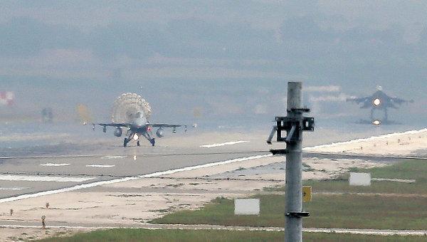Самолеты турецких ВВС на взлетной полосе базы Инджирлик. Архивное фото