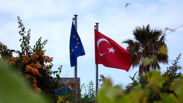 Флаги Турции и Евросоюза, архивное фото