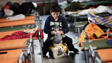 Мальчик во временном регистрационном центре на юге Германии. Архивное фото