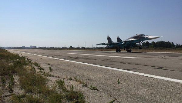 Российские самолеты садятся на аэродроме Хмеймим в Сирии после выполнения боевого задания. Архивное фото