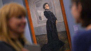Посетители у картины Портрет М.Н.Ермоловой, 1905 Валентина Серова. Архивное фото