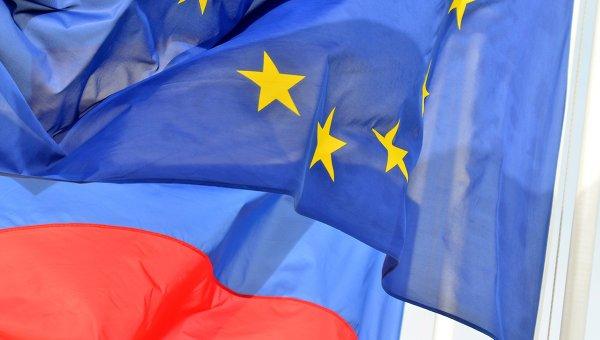 Флаги России, ЕС, Франции и герб Ниццы на набережной Ниццы. Архивное фото