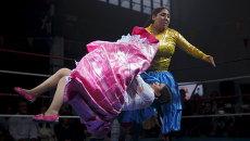 Участницы соревнований по боливийской женской борьбе во время боя в Мадриде, Испания