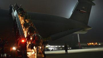 Американские военные при погрузке в самолет
