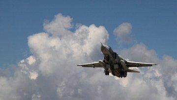 Российский бомбардировщик Су-24 взлетает из аэропорта Латакии в Сирии