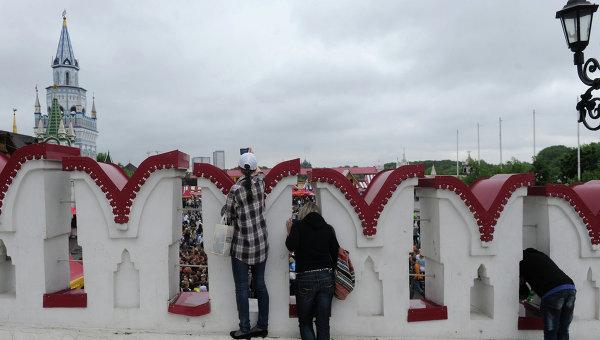 Посетители Измайловского кремля в Москве. Архивное фото