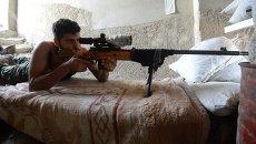 Снайпер ополчения Сирийской Арабской армии на позиции в одном из домов в районе Джобар в Дамаске