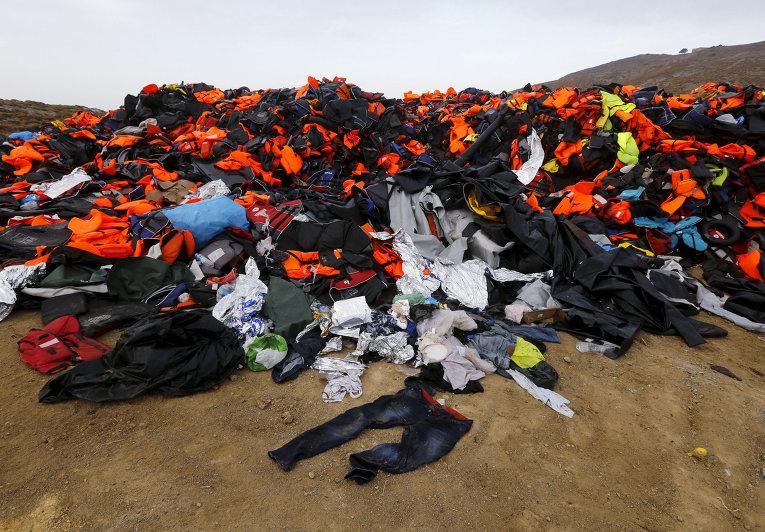 Спасательные жилеты оставленные мигрантами после прибытия на греческий остров Лесбос