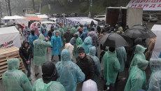 Сторонники тарифного Майдана под дождем разбивали лагерь у кабмина Украины