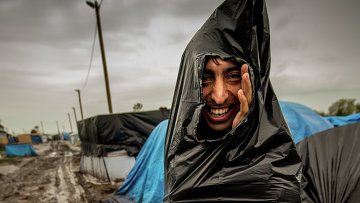 Мигрант в лагере беженцев во Франции. Архивное фото