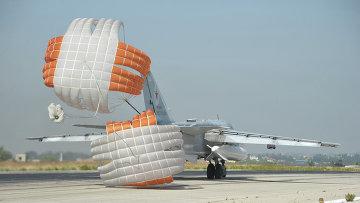 Бомбардировщик Су-24 садится на авиабазе Хмеймим (Латакия), Сирия. Архивное фото