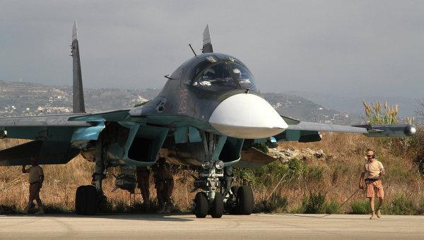 Технический персонал готовит самолет Су-34 к вылету на базе Хмеймим в Сирии. Архивное фото