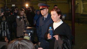 Директор Библиотеки украинской литературы в Москве Наталья Шарина выходит из здания Тверского суда. Архивное фото