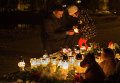 Жители Вильнюса возлагают цветы и зажигают свечи у посольства России в Литве в память о жертвах авиакатастрофы российского авиалайнера в Египте
