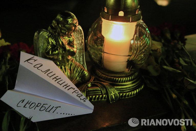 Свечи на площади Победы в Калининграде в память о жертвах авиакатастрофы российского авиалайнера в Египте