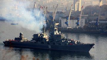 Гвардейский ракетный крейсер Варяг выходит из бухты Золотой Рог во Владивостоке. Архивное фото