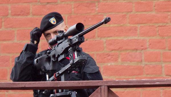 Снайпер обеспечивает безопасность во время парада Победы на Красной площади. Архивное фото