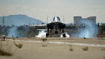 Многофункциональный истребитель-бомбардировщик Су-34 Воздушно-космических сил РФ совершает посадку на авиабазе Хмеймим в Сирии. Архивное фото