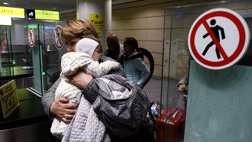 Туристы, прилетевшие из Египта, в аэропорту Домодедово