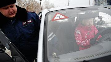 Инспекторы ГИБДД Свердловской области принимают практический экзамен на право управления автотранспортом категории B у курсантов автошкол на автодроме. Архивное фото