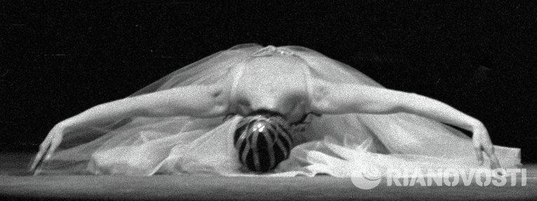 Балерина Майя Плисецкая в сцене из балета Прелюдии и фуги