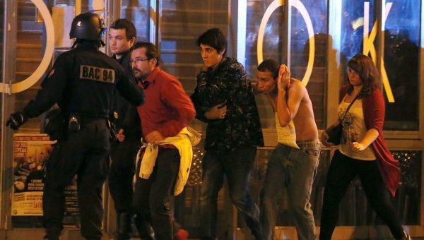 Работа сотрудников французского спецназа в зоне оцепления рядом с театром Батаклан в 11-м округе Парижа, где были захвачены заложники