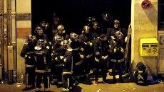 Спасатели у театра Батаклан в 11-м округе Парижа, где неизвестные удерживали заложников. Архивное фото