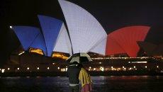 Оперный театр в цветах французского флага в память о жертвах терактов. Сидней, Австралия