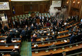 Активисты косовской оппозиции применили слезоточивый газ во время заседания парламента