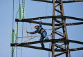 Монтажник проводит плановый ремонт на линии электропередач