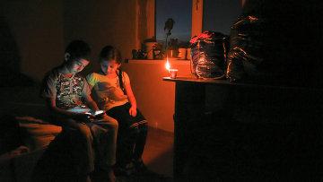 Дети в одной из обесточенных квартир в Симферополе