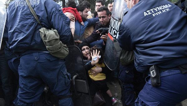 Столкновения мигрантов и полиции на границе между Грецией и Македонией