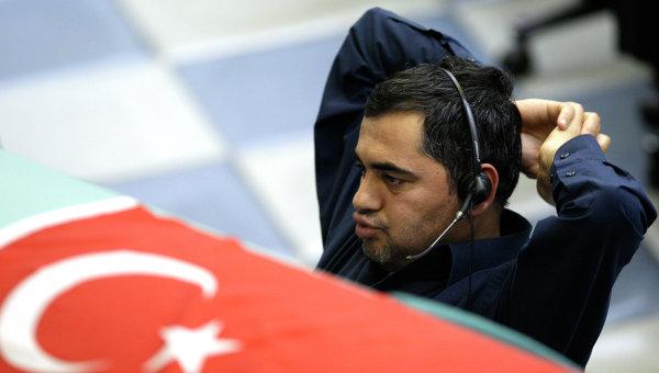 Брокер во время торгов на Стамбульской фондовой бирже, Турция. Архивное фото