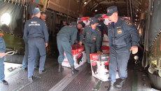 Сотрудники МЧС разгрузили самолет с электрогенераторами для жителей Крыма