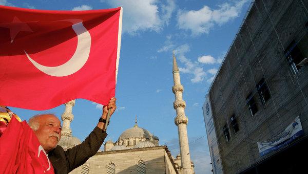 Продавец флагов на улице Стамбула, Турция. Архивное фото