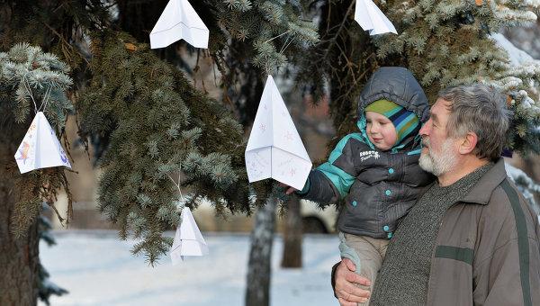 Бумажные самолетики на дереве рядом с памятником авиаторам в центре Липецка, в память о подполковнике липецкого авиацентра ВВС России Олеге Пешкове. Архивное фото