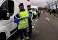 Французские жандармы производят проверку документов на дороге возле города Нант