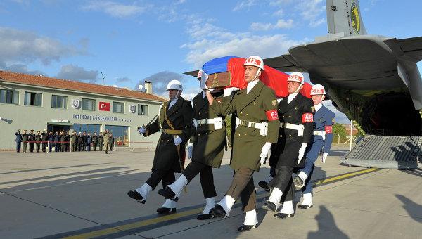 Гроб с телом российского летчика Олега Пешкова в аэропорту Анкара Эсенбога, Турция