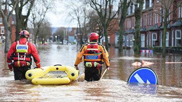 Сотрудники экстренных служб на затопленной улице в Карлайле, Великобритания