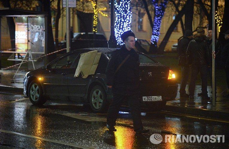 Автомобиль неподалеку от остановки общественного транспорта на улице Покровка в Москве, где произошел взрыв неизвестного взрывного устройства