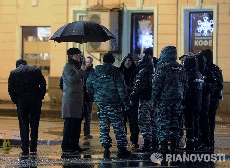 Сотрудники правоохранительных органов проводят следственные действия на остановке общественного транспорта на улице Покровка в Москве, где произошел взрыв неизвестного взрывного устройства