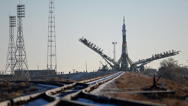 Ракета-носитель Союз-ФГ с пилотируемым кораблем Союз ТМА-19М установлена на первой Гагаринской стартовой площадке
