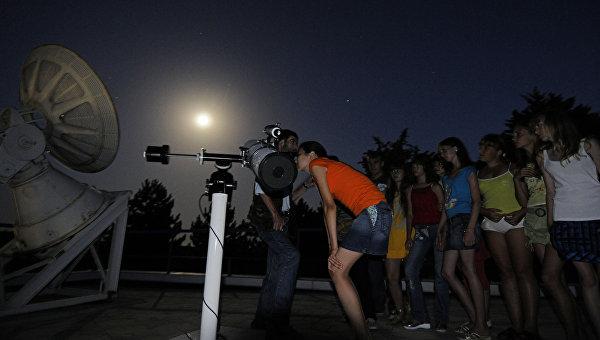 Дети смотрят в телескоп. Архивное фото