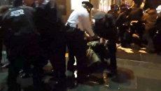 Полицейские в Нью-Йорке скрутили митингующих из-за убийства афроамериканца