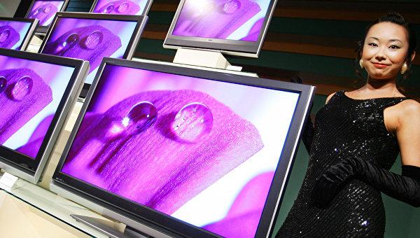 Телевизоры японского бренда Toshiba на стенде компании в Токио, Япония. Архивное фото
