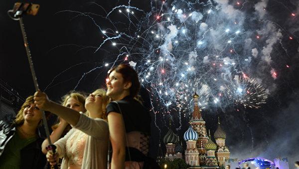 Выпускники школ во время праздничного вечера. Архивное фото